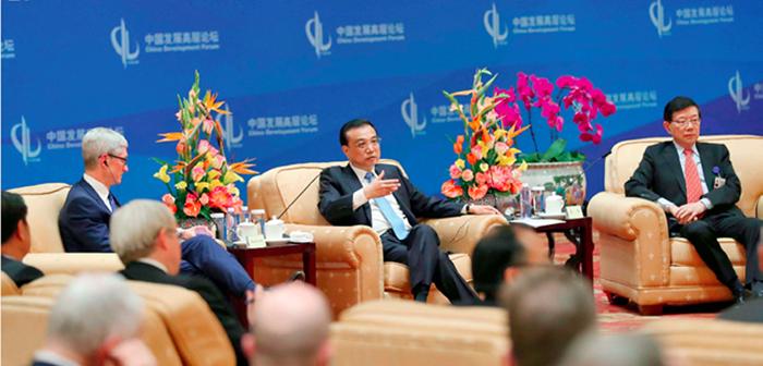 封二:李克强会见出席中国发展高层论坛2018年会的外方代表并座谈