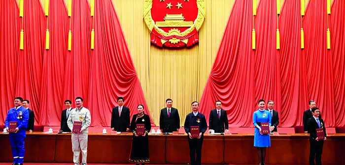 封面:习近平出席全国劳动模范和先进工作者表彰大会