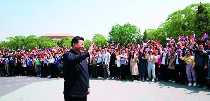 封面:习近平在清华大学考察